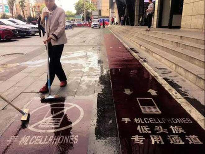 बाटोमा हिँड्दा मोबाइल फोन निरन्तर प्रयोग गर्नेहरुका लागि छुट्टै फुटपाथ