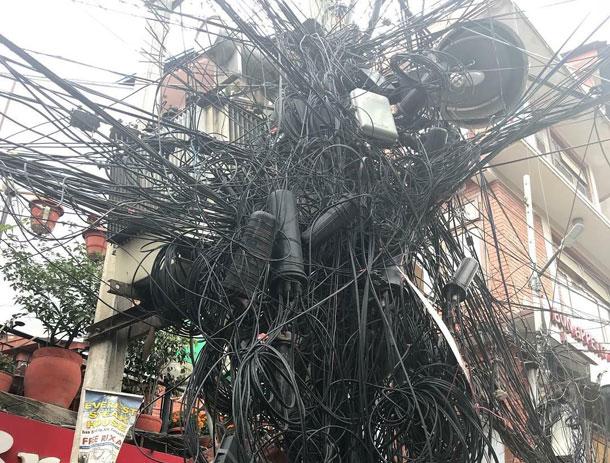 नेपाल टेलिकमले भन्यो- कात्तिक भित्र पोलको भाडा नतिरे केबुल टिभी र इन्टरनेटको तार हटाईदिने