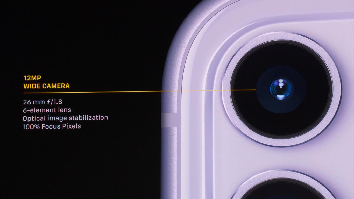 एप्पल इभेन्टमा आइफोन ११ मा राखिएको क्यामराको स्पेशिफिकेसन देखाउँदै