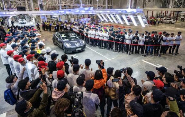 चीनमा उत्पादित टेस्लाको इलेक्ट्रिक भेहिकल मोडल ३ एस डेलिभरी शुरु