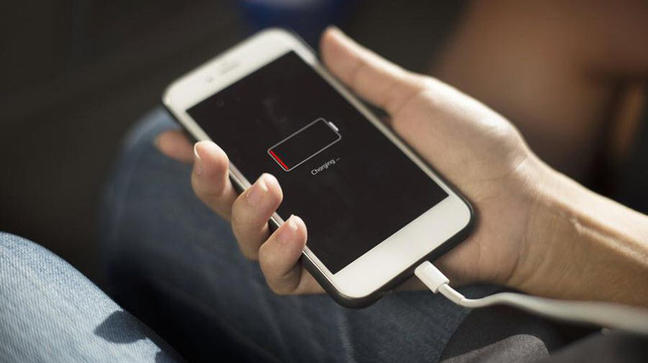 स्मार्टफोनमा आगलागी नहोस् भन्ने चाहनुहुन्छ? त्यसोभए यी १० गल्ती कहिल्यै नगर्नुस्