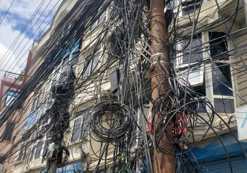 अव्यवस्थित टेलिफोन र इन्टरनेटको तारले जोखिम बढाउँदै