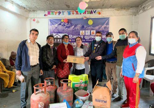 नेपाल टेलिकमका कर्मचारीहरुद्धारा हिमालय वृद्धा आश्रम केन्द्रलाई राहत प्रदान