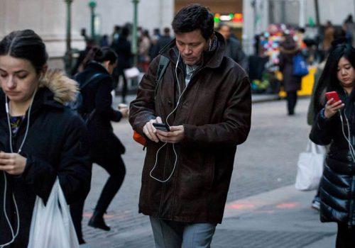 हिँडिरहेको बेलामा फोन प्रयोग गर्नेलाई फोन एपले अगाडि हेर्नका लागि सतर्क गराउने