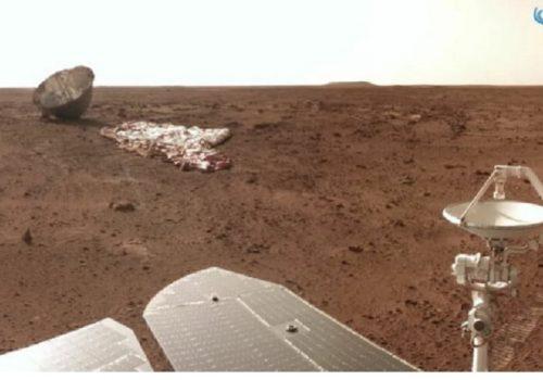 चीनको जुरोङ रोभरले मंगल ग्रहमा आफ्नो प्याराशुट र ब्याकशेल भएको ठाउँमा पुगेर फोटो खिच्यो